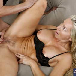 Lisa DeMarco in 'Naughty America' and Kris Slater in My Friends Hot Mom (Thumbnail 6)