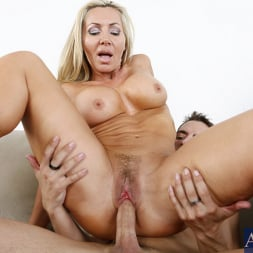 Lisa DeMarco in 'Naughty America' and Kris Slater in My Friends Hot Mom (Thumbnail 12)