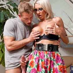 Emma Starr in 'Naughty America' and Bill Bailey in My Friends Hot Mom (Thumbnail 4)