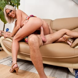 Emma Starr in 'Naughty America' and Bill Bailey in My Friends Hot Mom (Thumbnail 8)