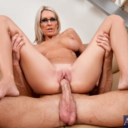 Emma Starr in 'Naughty America' and Bill Bailey in My Friends Hot Mom (Thumbnail 9)