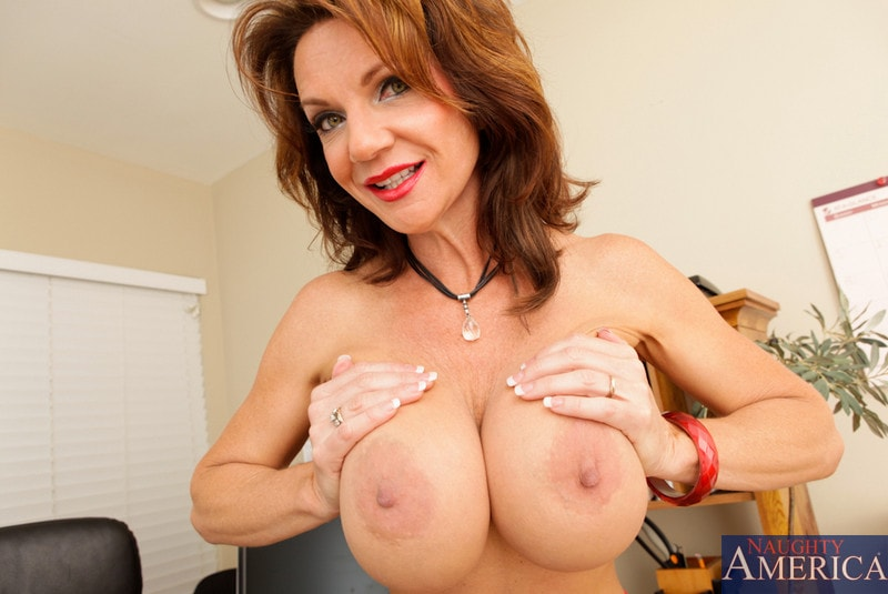 Naughty America 'and Kris Slater in My Friends Hot Mom' starring Deauxma (Photo 2)