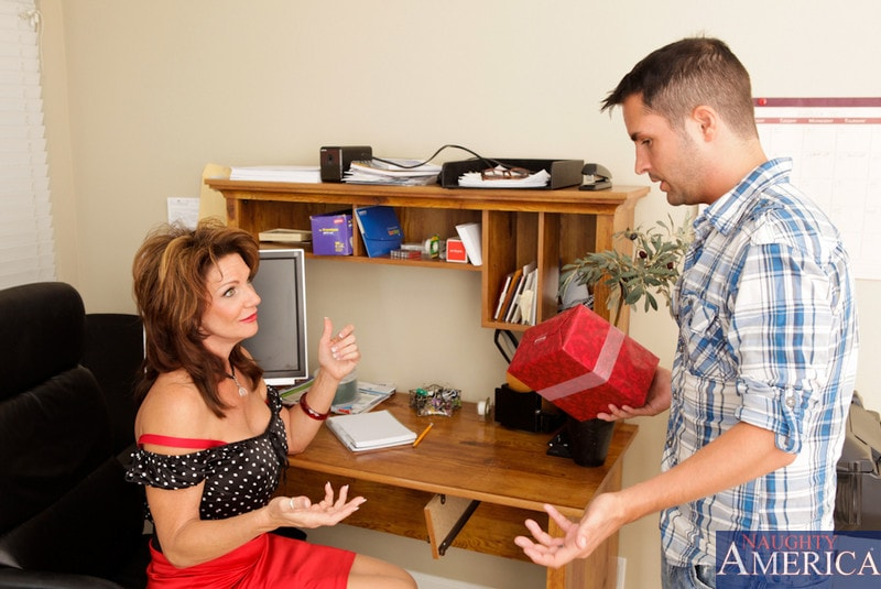 Naughty America 'and Kris Slater in My Friends Hot Mom' starring Deauxma (Photo 3)