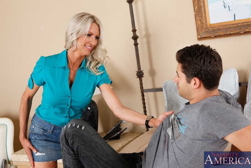Naughty America 'and Giovanni Francesco in Seduced by a cougar' starring Emma Starr (Photo 3)