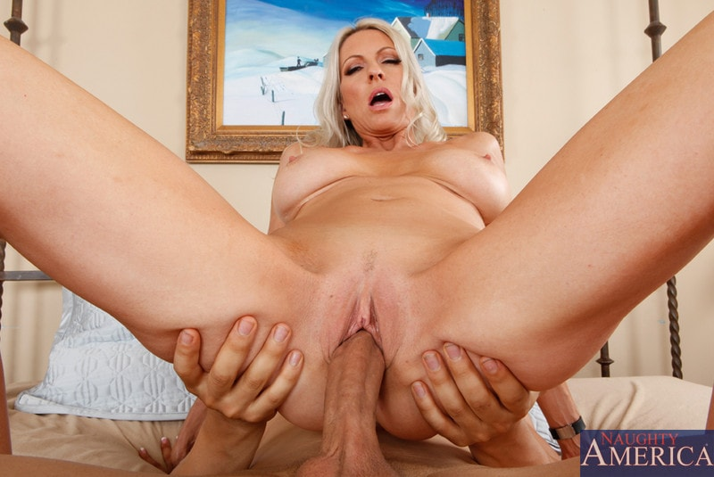 Naughty America 'and Giovanni Francesco in Seduced by a cougar' starring Emma Starr (Photo 8)