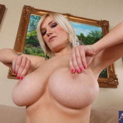 Siri in 'Naughty America' and Billy Glide in My Wife's Hot Friend (Thumbnail 2)