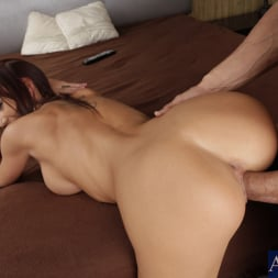 Holli Heavens in 'Naughty America' and Tommy Gunn in My Wife's Hot Friend (Thumbnail 8)