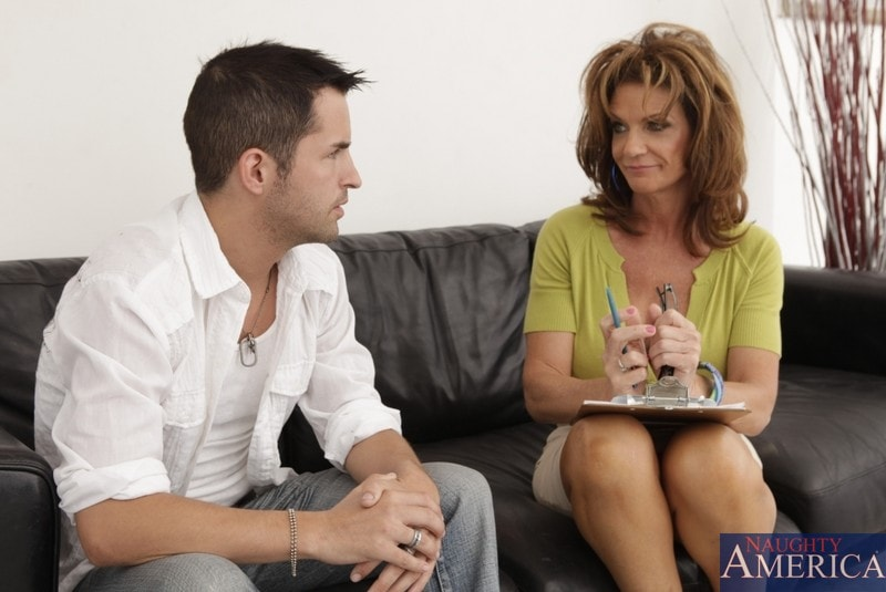 Naughty America 'and Kris Slater in Seduced by a cougar' starring Deauxma (Photo 2)