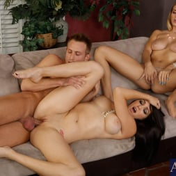 Holly Michaels in 'Naughty America' Holly Michaels, Natalia Starr and Bill Bailey in 2 Chicks Same Time (Thumbnail 7)