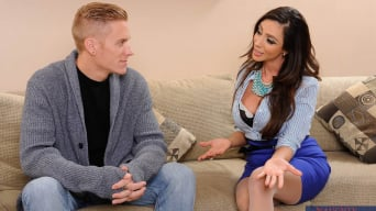 Ariella Ferrera en 'and Cody Sky in My Friends Hot Mom'