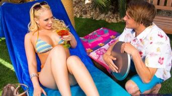 Kagney Linn Karter en 'in Naughty Rich Girls'