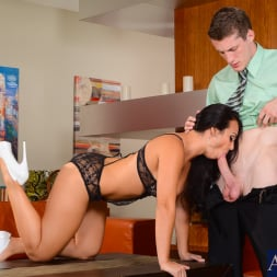 Holly West in 'Naughty America' in My Dad's Hot Girlfriend (Thumbnail 3)