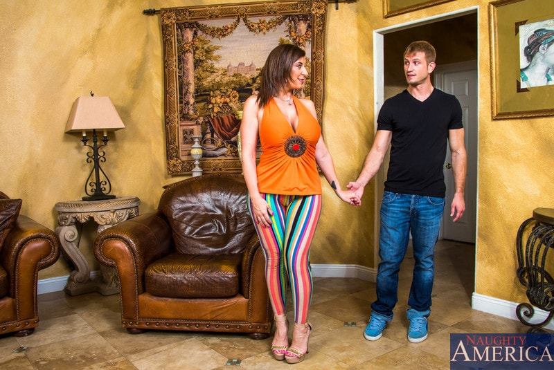 Naughty America 'in Seduced by a cougar' starring Sara Jay (Photo 1)