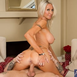Emma Starr in 'Naughty America' in Seduced by a Cougar (Thumbnail 7)