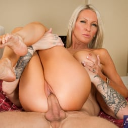 Emma Starr in 'Naughty America' in Seduced by a Cougar (Thumbnail 8)