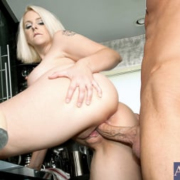 Mandy Sweet in 'Naughty America' and Bill Bailey in My Friends Hot Mom (Thumbnail 8)