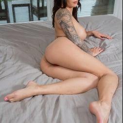 Alexis Zara В 'Naughty America' fucks her trainer and best friend's husband (Миниатюру 335)