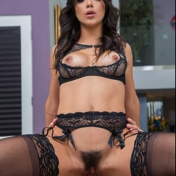 Brooklyn Gray in 'Naughty America' gives her friend's dad a private lingerie modeling session (Thumbnail 252)