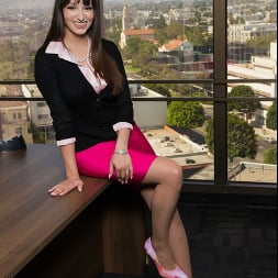 Lexi Luna に 'Naughty America' wants to fuck her friend's husband in the office!!! (サムネイル 1)