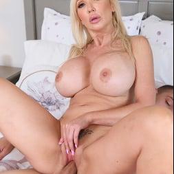 Victoria Lobov に 'Naughty America' My Friend's Hot Mom (サムネイル 33)